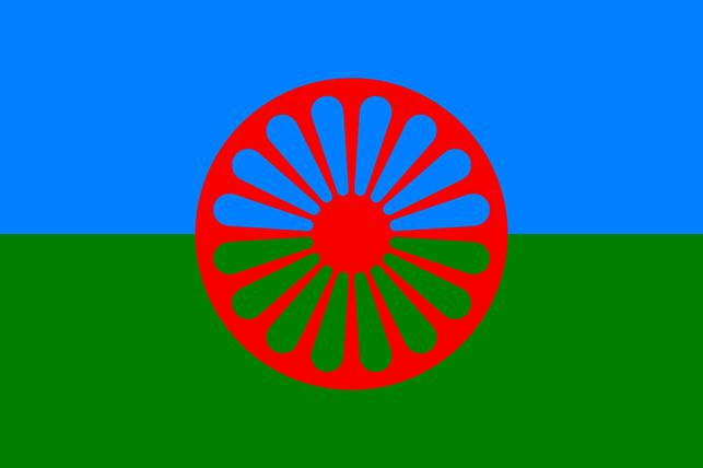 Romaernes flag blev tegnet i 1933, og anerkendt på den første verdenskongres af romaer i 1971 i London. Den blå baggrund symboliserer himlen, det spirituelle, den grønne jorden med dens skove og vækster, det materielle. Det røde hjul med 16 eger symboliserer dels et vognhjul (chakra), dels leder det tilbage til Indien, som romaerne stammer fra, hjulet symboliserer bevægelse og fremskridt. Ikke alle romaer i Østeuropa anerkender dog dette flag.